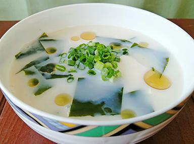 わかめと豆腐の豆乳スープ